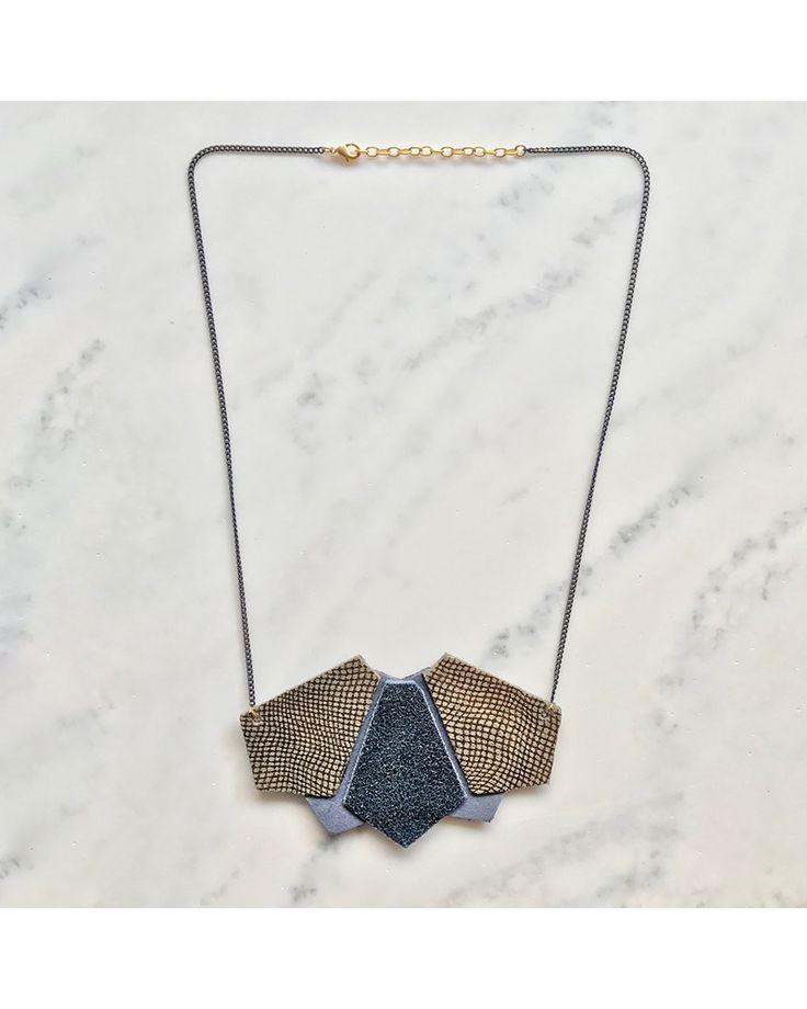 - Antoinette Ameska - Petit plastron Massai. #bijoux #handmade #fait main #leather #cuir #géométrique #collier #accessoire #mode #tendance #bleu #paillette