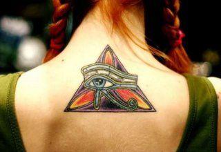 Женская египетская татуировка оберег глаз Гора на шее и между лопаток