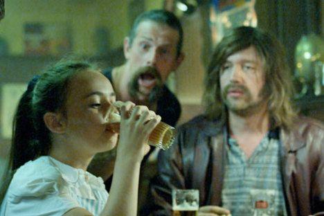 dit is de dochter van pierres zus. ze gaat mee met zijn ooms naar de kroeg en drinkt heel veel alcohol. ze is pas 11