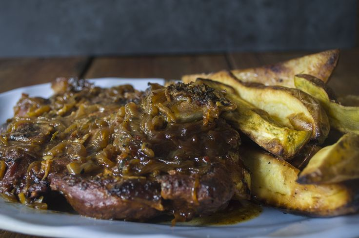 Cerdo braseado  Ingredientes: Carne de cerdo 1 kg Cebollas 4 Cerveza 1 lata Caldo de verduras 1 litro Ajos 4 dientes Orégano 2 cdas Aji molido 1 cda pimentón dulce 1 cda Papas 750 gr
