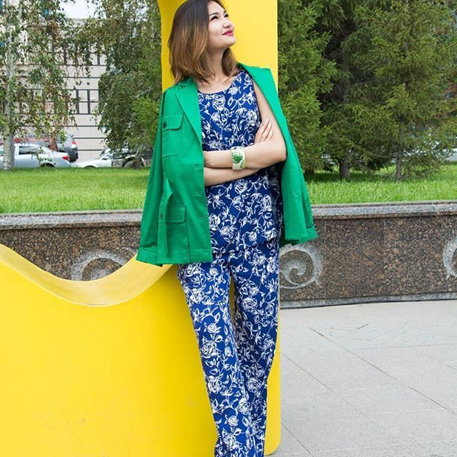 Доброго дня и ярких выходных🌞  Брючный костюм#sarafanmoscow   Жакет #cyrillegassiline   Браслет#zsiskajewellery  Style: @arinakeyan