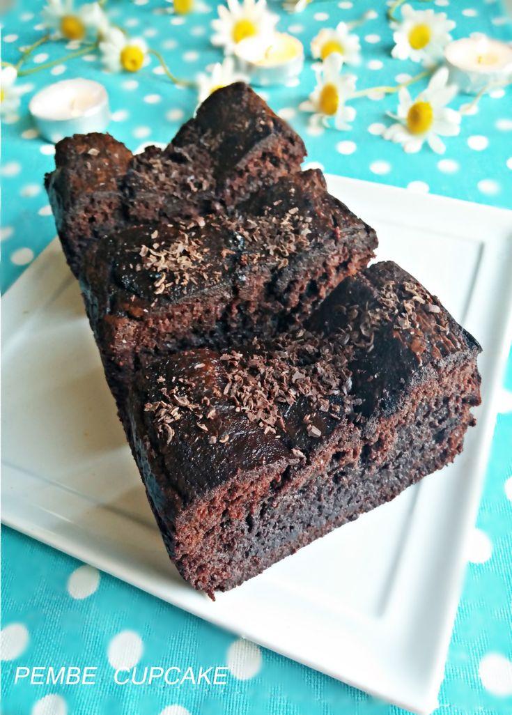 Çikolata tutkunları için,bol çikolatalı browni tadında ıslak kek. http://www.pembecupcake.com/recipes/cikolatali-islak-kek/