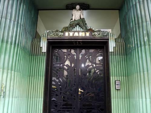 A entrada do Edifício Itahy na Av. Nossa Senhora de Copacabana 252: símbolo da influência nativista sobre o art déco brasileiro Foto: Fabio Rossi / O Globo