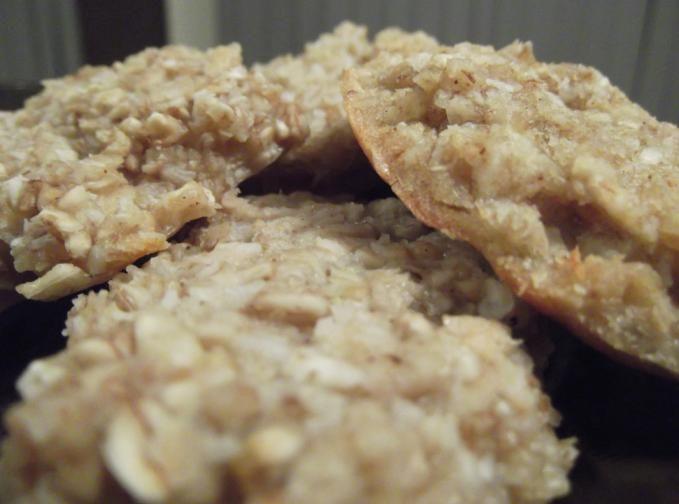 Doriţi să gătiţi prăjituri sănătoase şi cu un conţinut caloric redus? Intraţi şi citiţi această reţetă de prajituri cu fulgi de ovăz, mere şi cocos şi vedeţi cum se prepară.
