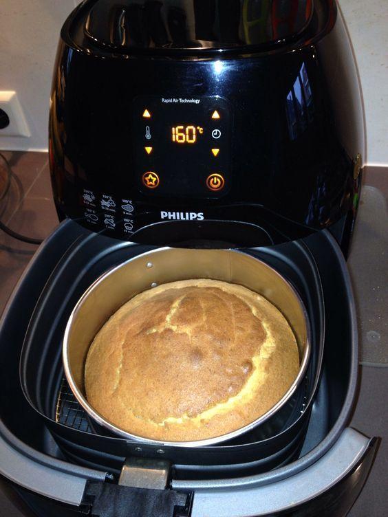 Eenvoudige, kleine cake: Springvorm 18 cm. Ingrediënten: 100gr suiker, 100gr boter, 100gr zelfrijzend bakmeel, 2 eieren, zakje vanillesuiker. Airfryer: 160 graden, 40 minuten.: