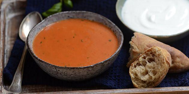 Denne lækre bagte peberfrugtsuppe bliver med garanti et hit, for den smager fantastisk.