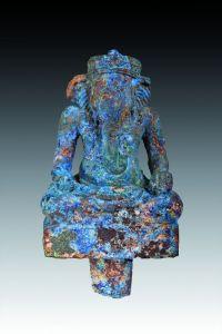 GANESH. Fils de Shiva, à la tête d'éléphant représenté assis dans la position du lotus sur une base rectangulaire. En pierre composée de lazurite. Koh Ker, XIe siècle. (Restauration à la trompe). H : 15 cm L : 10 x 6.5 cm