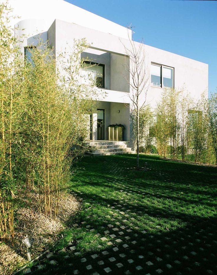 #Exterior #Jardin #Porche #moderno #casas via @planreforma #fachada #arbolesdiseñado por iberbildin - Gremio