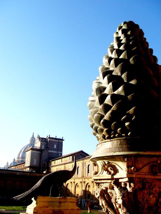 Dziedziniec Szyszki Szyszka pinii pochodzi z fontanny umieszczonej w atrium Wszesnochrześcijańskiej Bazyliki Św. Piotra wybudowanej w 324r.n.e. przez Konstantyna Wielkiego. Obecna Bazylika Św. Piotra została wzniesiona na jej miejscu.
