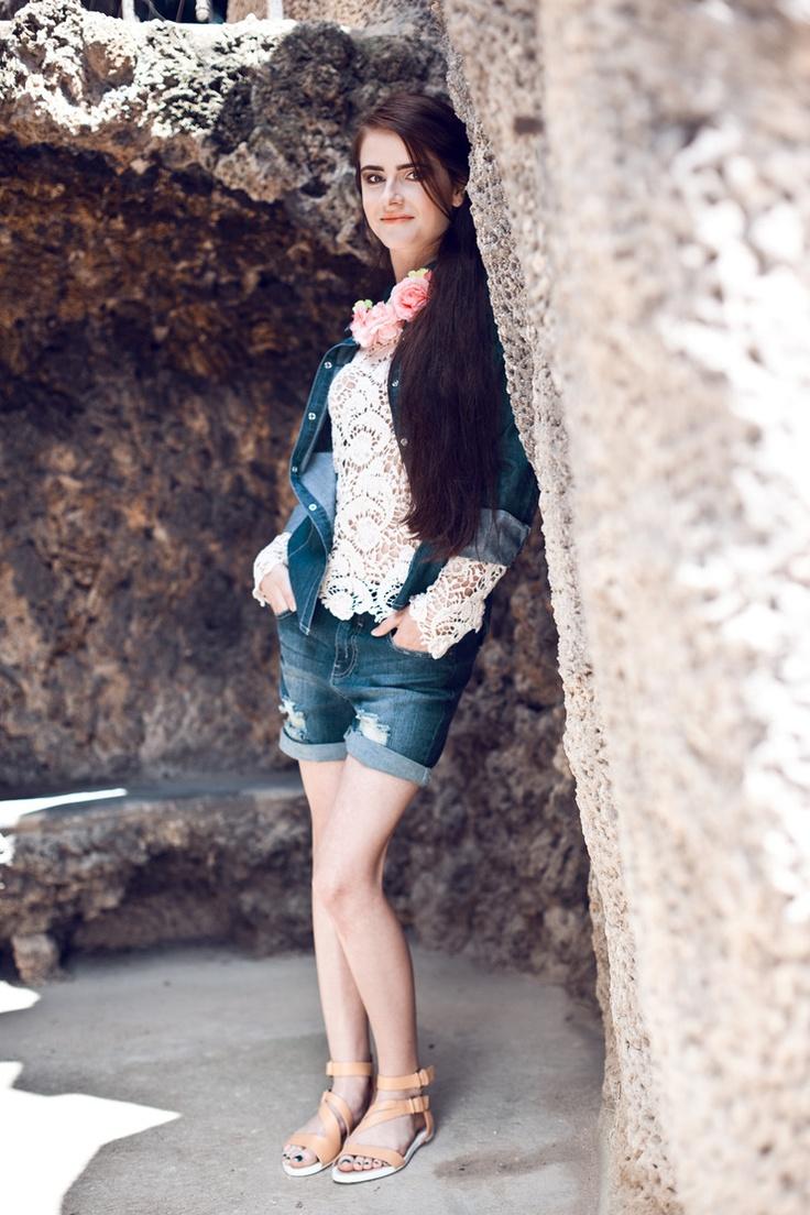 Na foto: šortky (Only, 799 Kč), top (Mango, 999 Kč), košile (F, 569 Kč), květinový náhrdelník (Bershka, 199 Kč), boty (Zara, 1899 Kč)
