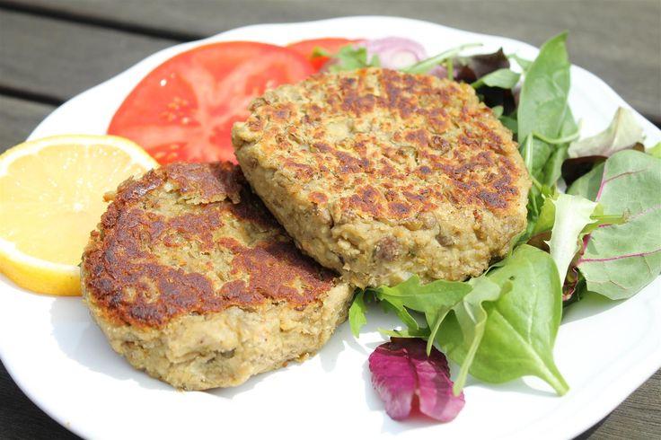 Ez a lencsefasírt recept tökéletes példája azoknak az ételeknek, amelyek ugyan nem tartalmaznak húst, de mégis mindenki számára rendkívül ízletesek, legyen akár húsevő, akár vegetáriánus.