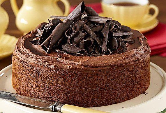 Ένα πεντανόστιμο αφράτο, λαχταριστό σοκολατένιο κέικ με επικάλυψη βουτυρόκρεμας κακάου, γαρνιρισμένο με νιφάδες σοκολάτας. Μια εύκολη συνταγή για να απολαύ