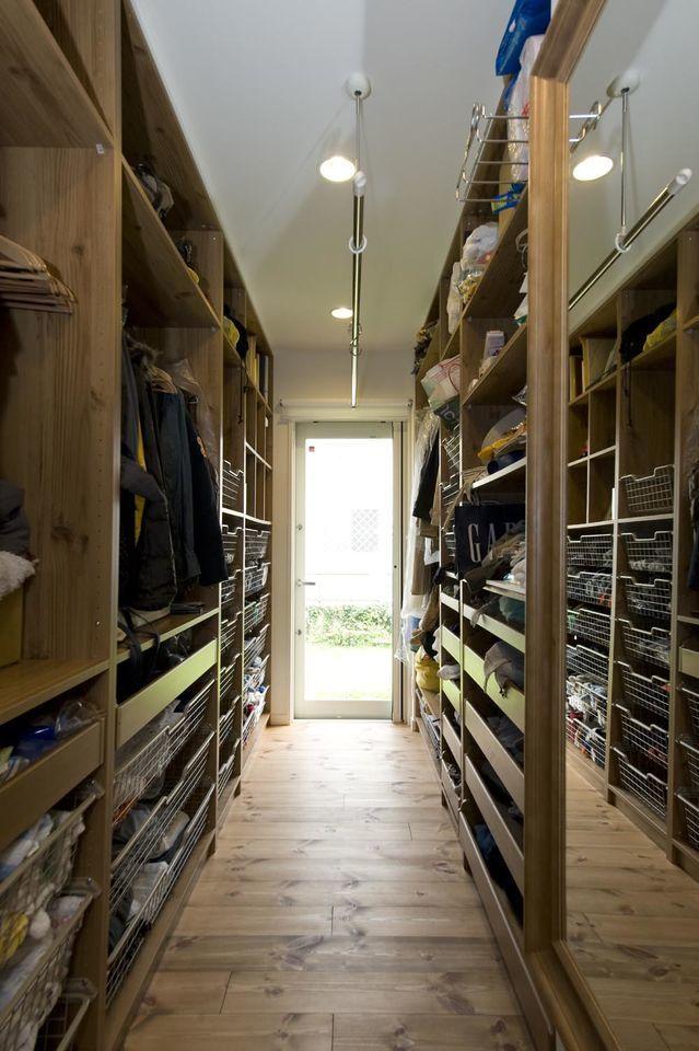 築34年の純和風のお住まいをリノベーション、戸建リノベーション事例。都会の中でナチュラルに暮らす為の家。築34年の純和風のお住まいを一新したいということで、床はすべてフレンチパインの無垢材にしました。ナチュラルな洋風のテイストで住まい全体の雰囲気を統一しています。キッチン、洗面台などはお客様が選んだこだわりの施主支給品。お子様が怖がっていた暗い階段は、壁をなくして格子にし、その間にはポリカーボネートをはめ込んで、安全性と明るさを両立しました。キッチン横の納戸には、階段を上がるとロフトへとつながる家事室を。ロフトの天窓からの光が、吹き抜けを通して差し込み、明るくコンパクトな使いやすい空間になりました。