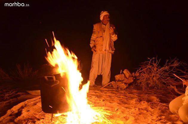 Repas autour du feu au milieu du désert à Sabria