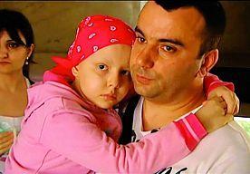 19-Oct-2014 7:06 - UITGEZET LEUKEMIEMEISJE (8) OVERLEDEN. LEIDEN -Het achtjarige asielzoekertje Renata Agamiryan uit Georgië is vrijdagavond overleden in het Leids Universitair Medisch Centrum. Ze is niet meer ontwaakt uit een kunstmatige coma die artsen in augustus hebben ingeroepen na complicaties bij een beenmergtransplantatie.