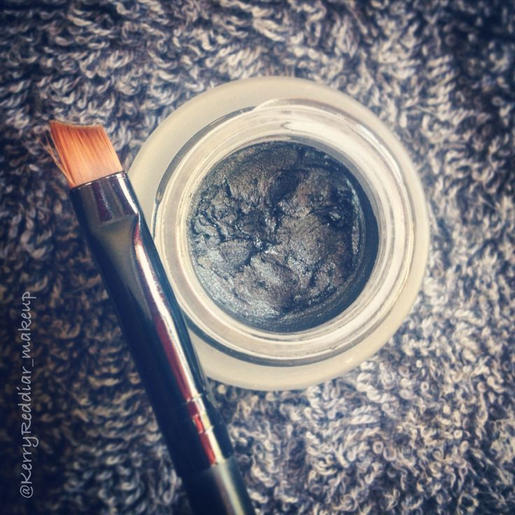 Gel eye liner_www.kerryreddiar.com #geleyeliner #eyeliner #angledbrush #makeup #blackeyeliner #maybelline