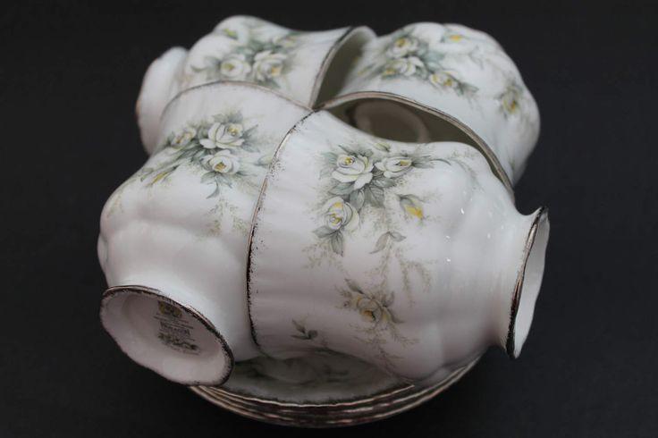 La lista es un juego de té de china de hueso hermoso cuatro juegos de taza y plato de Paragon. El patrón se llama primer amor y están decoradas con pequeñas rosas blancas. Taza y platillo se recortan en la plata.  La taza de té encuentra 3 por 3 1/4 a la llanta y los platillos tienen un diámetro de 5 1/2.  La condición es excelente sin chips, grietas o fisuras.  Gracias por mirar, si tienes alguna pregunta no dude en ponerse en contacto conmigo.  Stock #1796-99