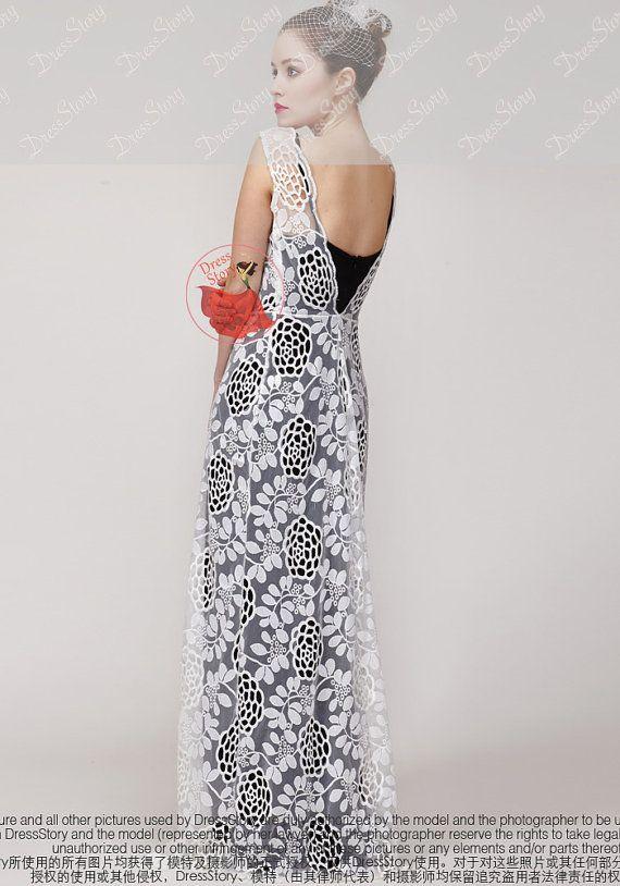 Komt uit mijn nieuwste 2015 ontwerp, deze jurk-functies: -Contrast kleur ontwerp -Sexy open rug -Prachtige bloemen borduurwerk met uitsparingen -Geschulpte rand.  Totale jurk lengte: 55 Standaard gebruik ik zwart elastisch polyester mix stof voor de slip. Als u wilt dat een slip dan zwart, laat alstublieft een notitie wanneer u mij te laten weten welke kleur u wilt de slip te zijn bestelling plaatst.  — Bekijk mijn nieuwste ontwerpen: > Alle Maxi / Midi Prom jurken…