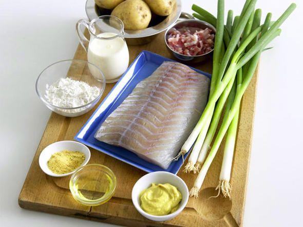 Ein guter Fang: Der deftige Pannfisch ist eine Hamburger Spezialität und im Handumdrehen fertig. Dazu servieren wir Bratkartoffeln mit Speck und Senfsoße. Guten Appetit!