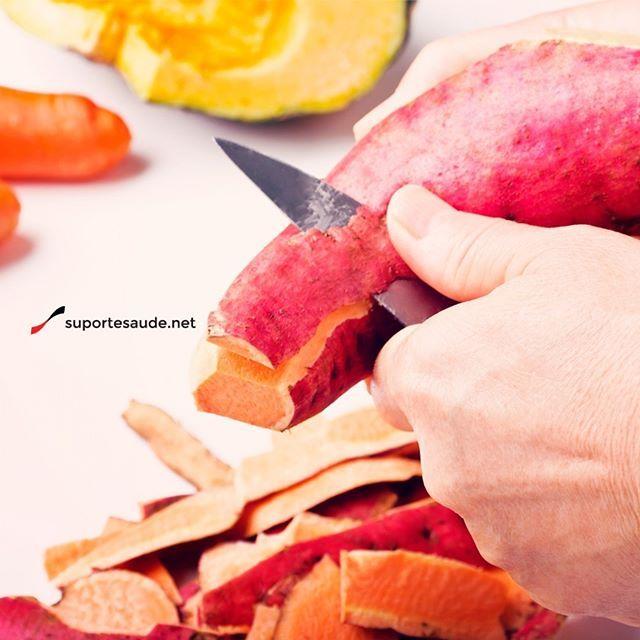 O que comer antes do crossfit ? O crossfit é um esporte que exige muito do nosso organismo e a alimentação antes do treino é super importante. O ideal é se alimentar até meia horas antes de ir para o treino. Para esse treino de alta intensidade é recomendado o consumo de carboidrato complexo (os integrais), as frutas e verduras são importantes também nesse momento e, como o nosso organismo fica mais ácido no momento do exercício, os alimentos alcalinos vão ajudar a ter um equilíbrio, o…