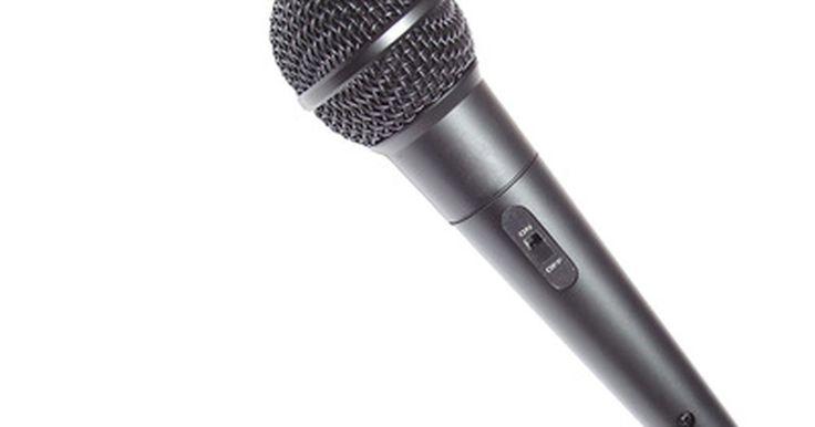 """Como adicionar Eco em um microfone. Adicionar eco a um microfone pode ser feito através da adição de um dispositivo de hardware para aplicações ao vivo ou de computador ou um software plug-in, se estiver usando o seu microfone apenas com programas de computador baseados em gravação. Eco (também chamado de """"atraso"""") é um efeito popular de microfone e pode ser ouvido em muitas ..."""