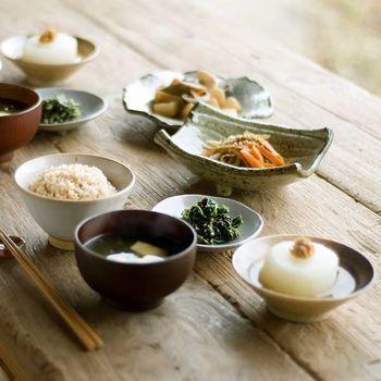料理も器も、ほっとするような温かさを感じますね。夏ならば、涼を感じる料理をガラスや竹の器に盛り付けるのもいいですね。