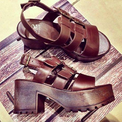 https://loja.sollas.com.br/sapatos/sandalias/sandalia-plataforma-tratorada.html