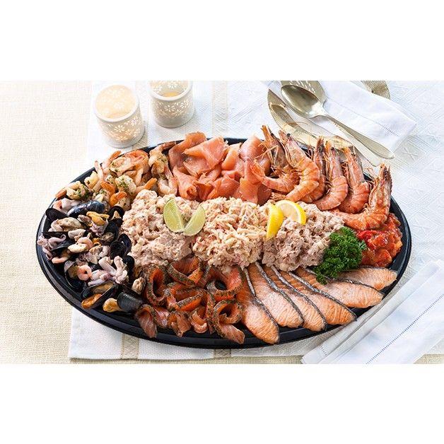 Heerlijke combinatie van diverse soorten vis. Gerookte zalmfilet, zalmmootjes, gravad lax, fruits de mer en gamba's. Rijk gegarneerd met zalm-, krab-, tonijn- en peppadewsalade.