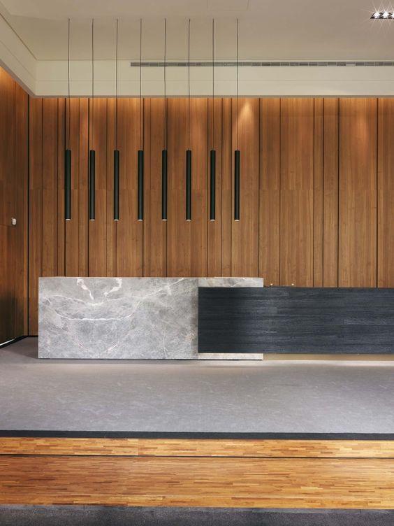 Seconde option : sol béton gris clair. Ilot gris clair / marbre grisé, meubles de cuisine / rangements (porte d'accès à l'office) dans le bois de la photo, corniche en chocolat / acier ?