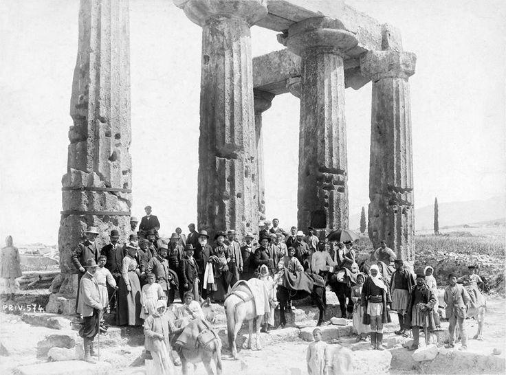 Κόρινθος, 1901, περιηγητές στον ναό του Απόλλωνος, [από το ταξίδι του Konrad Hustaedt στην Πελοπόννησο].