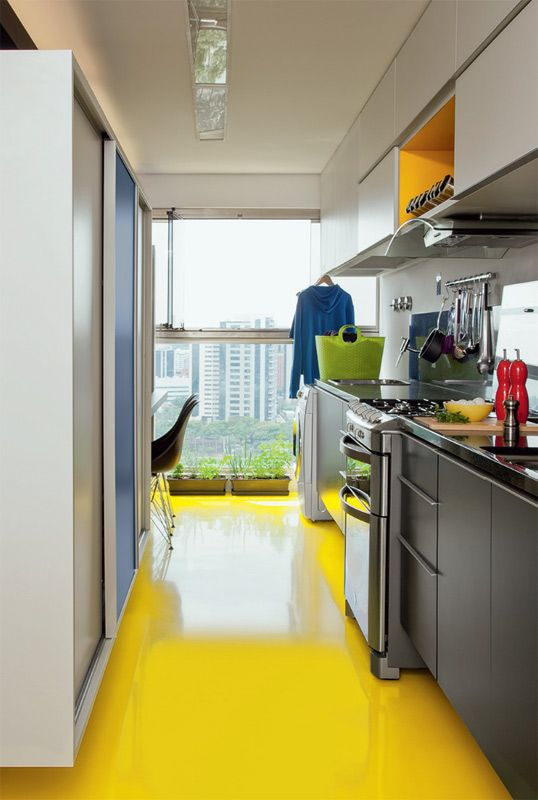 Linda! Cozinha com piso amarelo: Canary Yellow, Decor Divine, Decor Ideas, Cement Floors Stained, Decorar Uma Cozinha, Home Idea, Yellow Floors, Piso Cozinha, Kitchenette