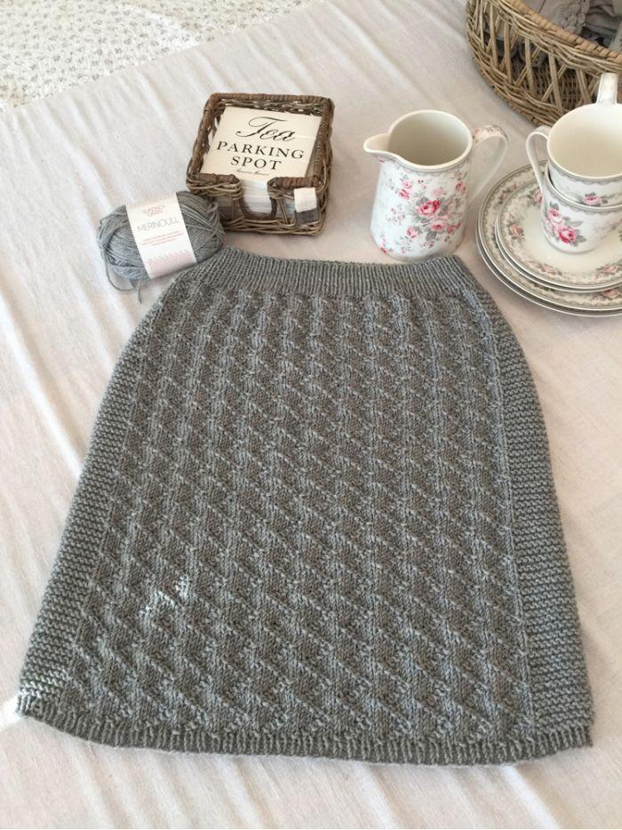 Har strikket Sikksakk skjørtet fra KlompeLompe . Mønsteret står i boken deres . Har valgt Sandnes...