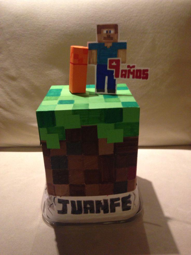 Forra una caja de dulces con una cartulina decorada de minecraft. Ideal para llevar al colegio cuando tus niños son mayores, sus compañeros le cantan el cumpleaños, abren la caja y esta llenó de dulces para compartir!