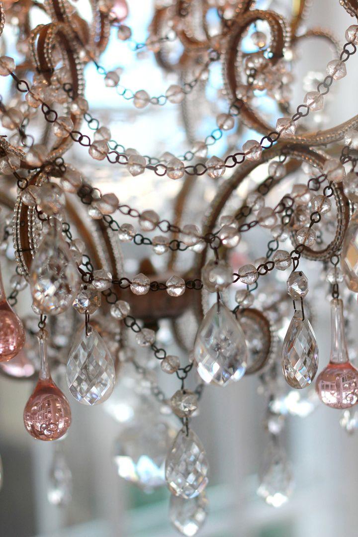Maak de romantische stijl af met glas en kroonluchters !