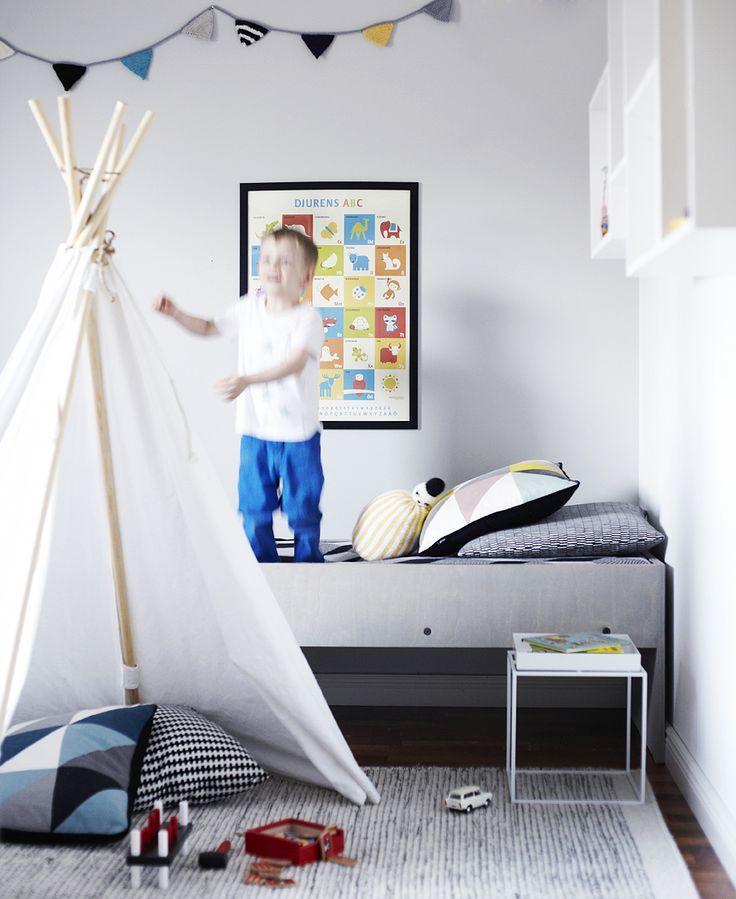WEEKDAY CARNIVAL: LASTEN LAATIKKOSÄNKY // KIDS BOX BED WITH FERM LIVING REMIX CUSHION http://www.ferm-living.com/cushions/remix-yellow/