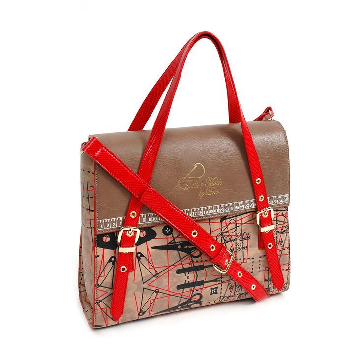 Καθημερινή τσάντα σε μπεζ και καφέ χρώμα με τύπωμα πατρόν ραπτικής και κόκκινες λεπτομέρειες από συνθετικό δέρμα, με διπλό χερούλι
