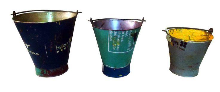 ijzeren emmer, gemaakt van vintage verfblikken uit India. www.buitengewoonmooi.com