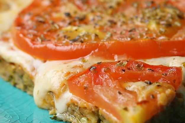 Esta pizza com massa de abobrinha é perfeita para um jantar leve