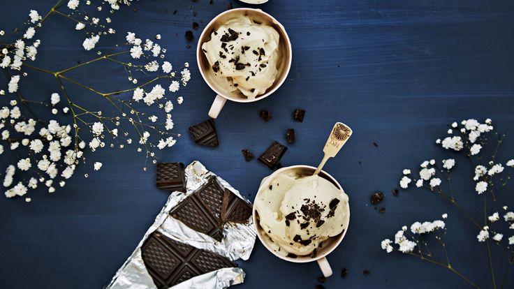 Jäätelön kaltainen maidoton herkku, eli nicecream, valmistetaan jäisestä banaanista. Voit lisätä jäätelöön esimerkiksi marjoja, suklaata tai maapähkinävoita.  Tämäkin resepti vain n. 0,25€/annos*.