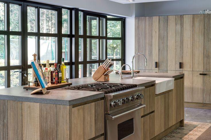 De combinatie met een ruwhouten vloer en stoer meubilair geeft deze bijzondere keuken een heel eigen mediterrane touch.