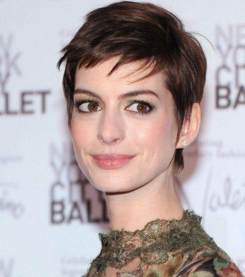 Anne Hathaway taglio capelli in stile uomo