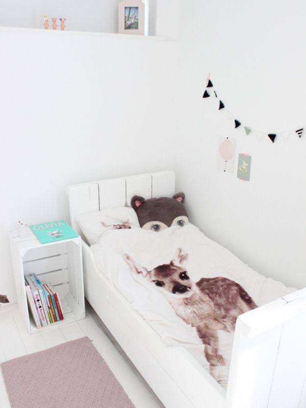 Binnenkijken in interieur. Kinderkamer. In Esmee haar kamer hebben we veel wit gebruikt, gecombineerd met roze en mintgroen.