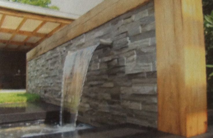 Waterornament van combinatie steenstrips en hout