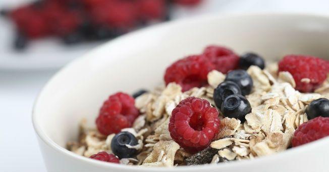 Prepara ricos desayunos nutritivos y saludables de menos de 200 calorías. Para tener energía durante todo el día, Salud180.com te recomienda tres desayunos nutritivos.