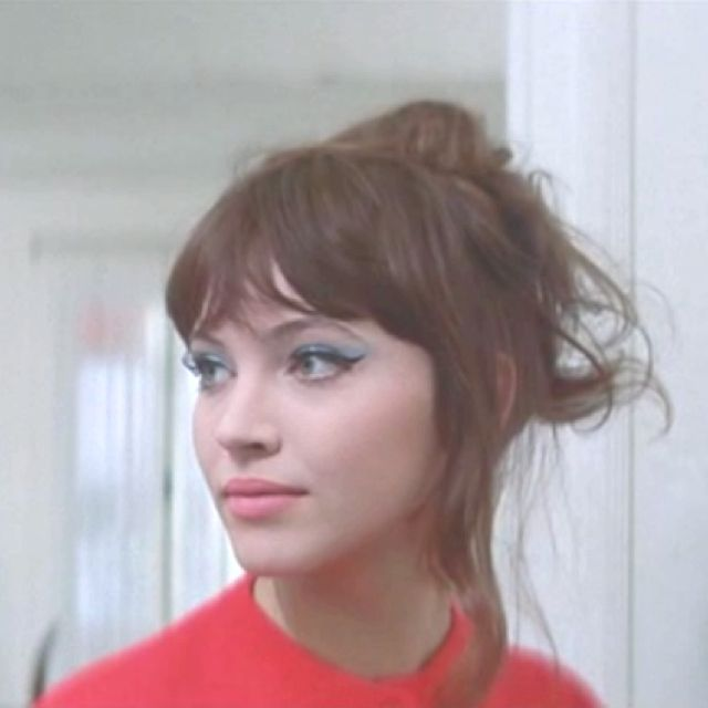 Basis for natural look for Gretchen. Similar to early 60s, but with a less prominent crease and her eyeliner has wings.  Anna Karina in Une Femme est Une Femme by Jean-Luc Godard, 1961.