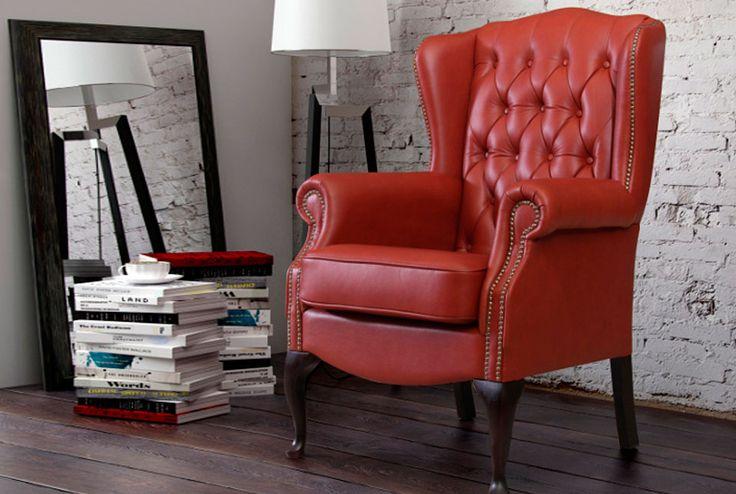 Czerwony fotel Chesterfields.