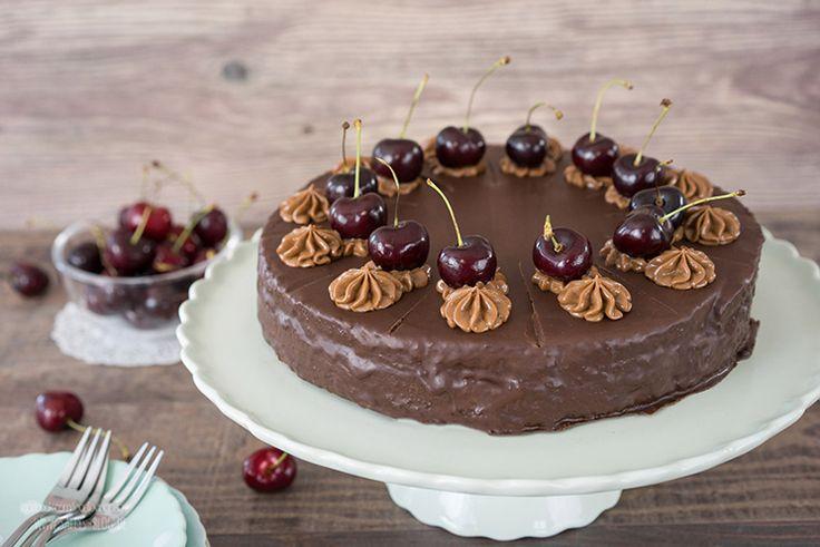 Schokoladen Nougat Torte mit Kirschen