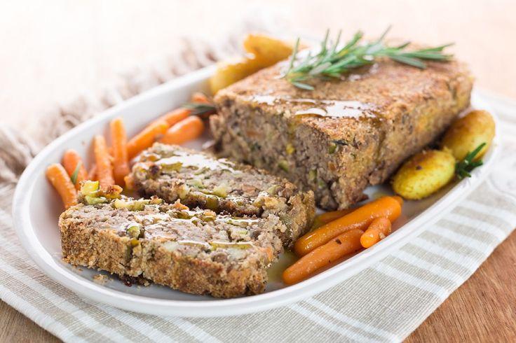 Il polpettone di verdure è un piatto vegano semplice da preparare e gustoso. Bastano 20 minuti per l'impasto e una cottura in forno di un'ora ed è pronto per esser servito come antipasto o secondo piatto.