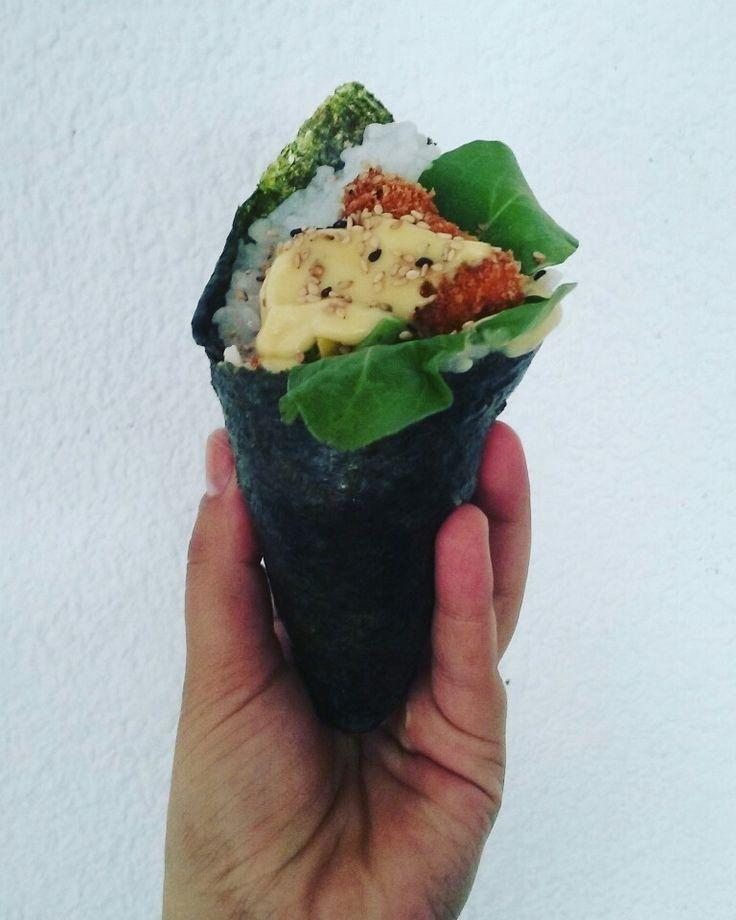 Temacrispy Temorfo Salmon rebozado en panco acompañado de palta, rucula, miel mostaza y mix de sésamo tostado