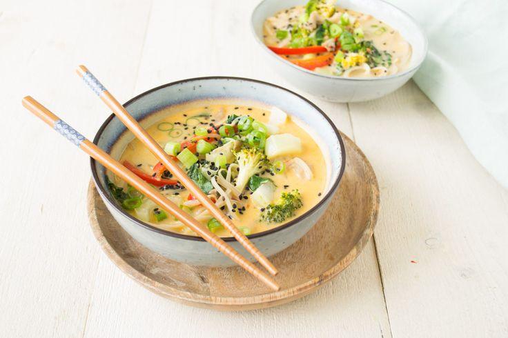 Een lekkere Japanse stijl kokos soep met een snelle zelfgemaakte boemboe en een hele berg gezonde groenten: paksoi, broccoli, paprika, taugé...